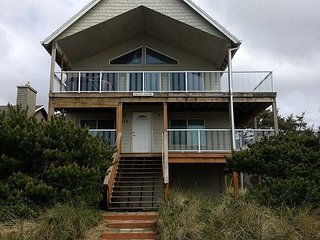 PACIFIC ESCAPE~Beautiful views, hot tub on upper deck, and ping pong.
