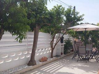 Casa en muy buen estado, una sola planta con amplia terraza y barbacoa.