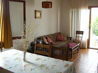 Apartamento muy cerca de la playa en cuidada urbanización con amplio jardín.