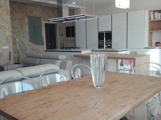 tavolo soggiorno e tavolo colazione in legno massello, divani e poltrona relax