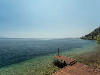 Newly renovated apartment directly on the lake, private pier, beach and lake
