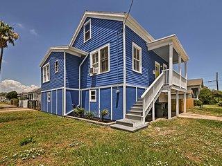 Galveston Home by Seawall w/Patio - Walk to Beach!