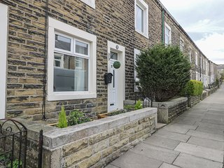 EVIE HOUSE, centre of Barnoldswick, Smart TV, WiFi, Ref 981325