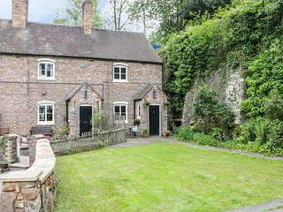 BRIDGE VIEW COTTAGE, Modern interior, WiFi, Full of character, Ironbridge