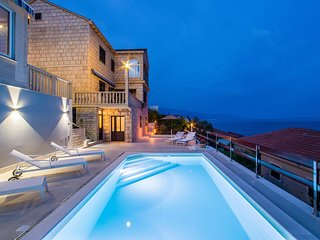 Entire floor, pool, 30m from sea, three bedrooms I