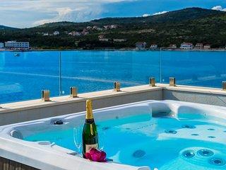 48 sqm Pool, Jacuzzi, Sunset Views, 70m to Beach