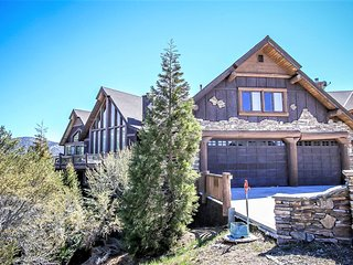 ~Windsong Manor~Custom Lake-View Chalet~Game Room/Wet Bar~Hot Tub~