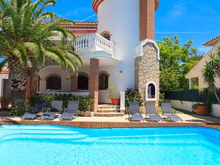 VILLA NOGUERA 183: The villa is located 200 meters from the white sand beach !