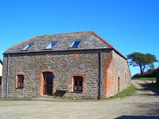 RAVWO Barn situated in Looe (1ml W)