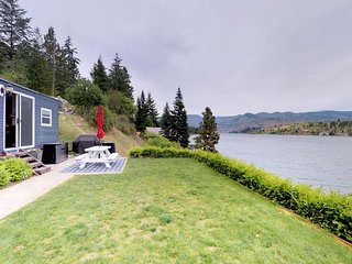 NEW LISTING! Lakefront & dog-friendly mobile home w/dock!