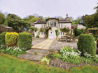 PK879 Cottage situated in Ashford in the Water
