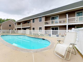 NEW LISTING! Mountain view condo w/balcony, shared pool -skiing, shopping & more