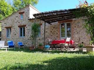 Romantic stone cottage,secluded garden, private terrace, lovely views, free wifi