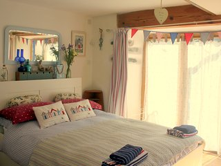 Ty Cert: A self-contained Rhoscolyn 'flatette'/studio-apartment/pretty bed-sit