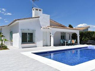 Villa Esmeralda, Beach villa with Private Pool and Garage