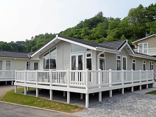 Beautiful Luxury Lodge, 10 Minutes Woodland Walk to Beach, Parking