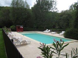 SARLAT 8km location Maison avec Piscine et Etang privé