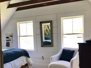 Charming 2 BR, 2 story cottage- Walk to the Harbor & Dining!