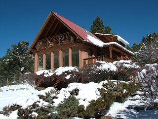 Canyon View -2BD cabin, forested location near hiking trails, yet close to town!
