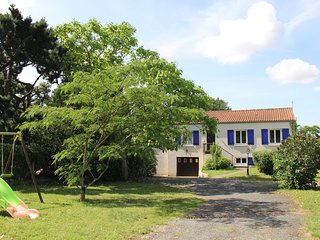 Countryside views, big private gardens, free WIFI, spacious pet-friendly home