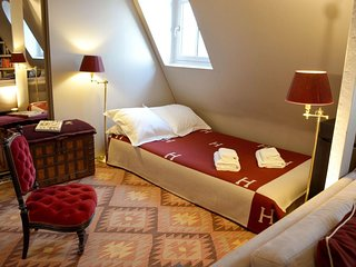 Alma Montaigne apartment in 08eme - Champs  Elysees with WiFi, integrated air co