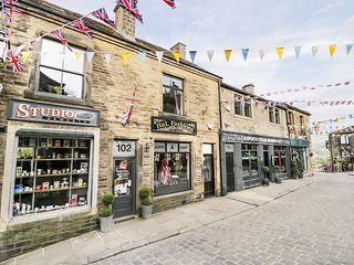 THE FLAT, centre of Haworth, open-plan living, WiFi