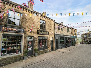 THE ATTIC, countryside views, studio accommodation, centre of Haworth