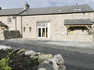 THE HAY BARN, en-suite, open plan, hot tub, in Allithwaite, Ref 984355