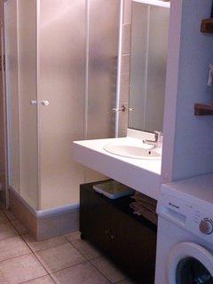 Lavabo et douche dans la salle d'eau