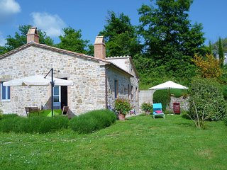 Restful Tuscan retreat, lovely garden, private terrace, great views, free wifi