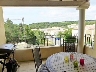 2 bedroom Apartment with WiFi and Walk to Beach & Shops - 5082982