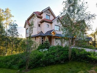 Beautiful Townhome, Walk to Skiing/Gondola, Private Hot Tub with Amazing Views