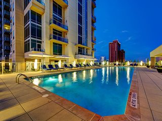 Luxuty High-Rise apartment with pool in-front of Galleria Mall