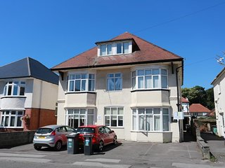 BOURNECOAST: APARTMENT LOCATED NEAR SANDY BEACHES IN SOUTHBOURNE - FM747