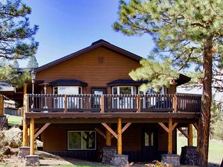 Roomy modern family cabin w/ shared seasonal pool. Walk to golf course