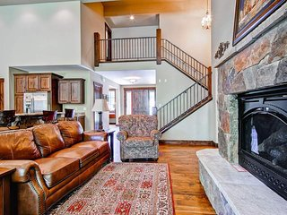 Sweeping mountain views, home theater, hot tub - Whispering Pines South