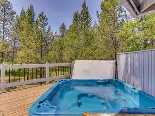 Modern home w/ gas fireplace, large deck & private hot tub - SHARC passes!