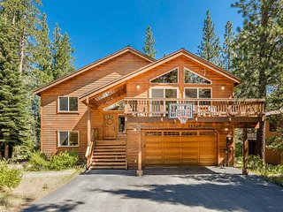 Amazing home in Tahoe Donner, private hot tub, deck - Towering Pines