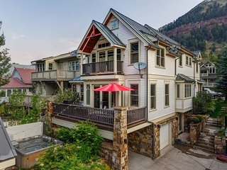 Elegant home with hot tub, mountain views, full guest house - Vermilion Peaks