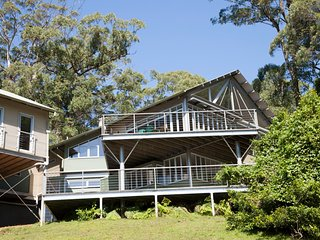 Yarrawa Hill - An Art Lover's Retreat near Robertson with Bush and Ocean Views
