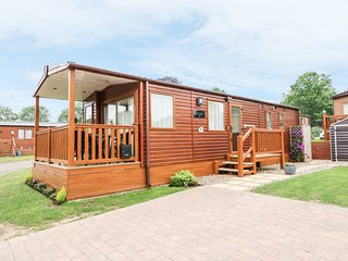 18 LAKE VIEW, open-plan living, Cawston 2 miles, decking with furniture
