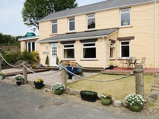HABITITABITIES, family friendly, zip/link bedrooms, BBQ, in Tenby