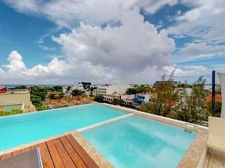 NEW LISTING! Charming condo with shared rooftop deck, pool, and jetted bathtub