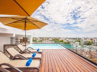 Amazing condo near the BEACH! With private rooftop pool and hotel services!