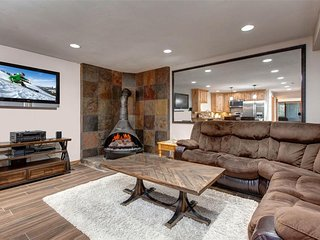 NEW LISTING! Ski-in/ski-out condo w/hot tub & deck - walk to dining & sights