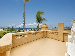 10% OFF OCT - Walk to Beach & More, Ocean Views + Rooftop Deck