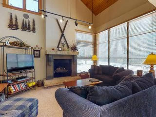 NEW LISTING! Condo w/garage, shared pool & hot tub, 100 yards from shuttle stop