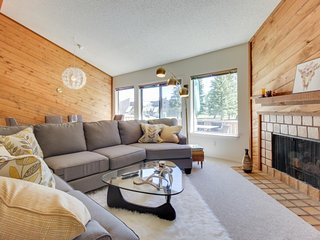 NEW LISTING! Beautiful condo w/deck, mountain & valley views- near golf & skiing