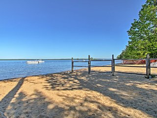 Standish Apartment w/Deck - 2 Mi to Sebago Lake!