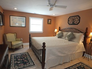 Couples Retreat With Jacuzzi Bathtub And Game Room. In The Heart Of Kill Devil H